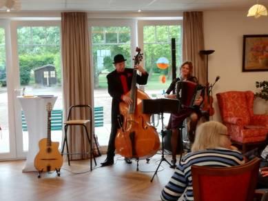 """Was erleben im Pflegeheim Familie Larisch. Die Musik spielt auf (""""trio loco"""" mit Karin Christoph, Reinhard Röhrs und bei Bedarf Loopy)."""